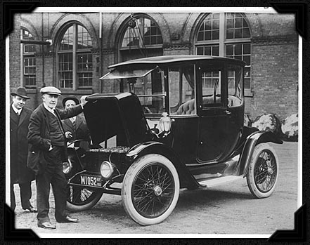 1914 image of Edison with the early electric car