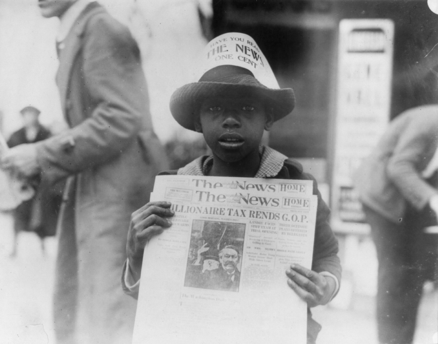 African_American_boy_selling_The_Washington_Daily_News
