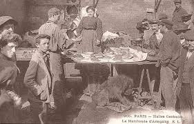 Postcard displaying a marchande d'arlequins, clients, and dog